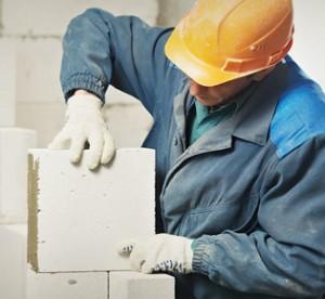 murowanie - robotnik podczas prac murarskich